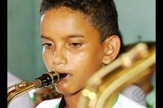 """Em colares, projeto social do """"Criança Esperança"""" beneficia crianças - A música está ajudando a transformar a vida de crianças e adolescentes da comunidade."""