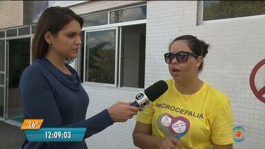 Mães de bebês com microcefalia fazem protesto no Hospital da Criança em Campina Grande - Uma criança precisou ser internada e não tinha vaga na UTI do hospital.