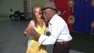 Idoso forró - O centenário Seo Antônio dá show de disposição nos bailes da cidade de Santópolis do Aguapeí. Confira: