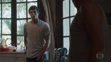 Tato pede para ficar na casa do pai - Aldo não recebe bem o filho e pede que Tato o deixe em paz