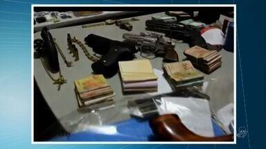 Dez pessoas ligadas ao tráfico de drogas são presas em Quixeramobim - A operação Narcos apreendeu ainda celulares, automóveis, armas, drogas e dinheiro.
