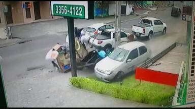 Câmeras de segurança flagram carro desgovernado batendo em carrinho de catador - O veículo destruiu a lixeira onde o homem buscava materiais recicláveis. Por sorte, ninguém ficou ferido no acidente.