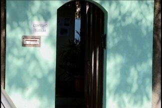 Promotoria da Infância e Juventude questiona trabalho do Conselho Tutelar em Divinópolis - Em Divinópolis o conselho tutelar não tem funcionamento de plantão aos fins de semana. A situação tem sido tema de discussão na câmara de vereadores. A promotoria da infância e da juventude também alega que a falta de plantão prejudica a realização dos atendimentos e que um único conselho é insuficiente para o trabalho que teria que ser realizado.