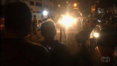Agente de polícia reage a assalto, e ladrão é baleado no Setor Oeste, em Goiânia - Criminoso foi socorrido e levado ao Hospital de Urgências de Goiânia (Hugo).