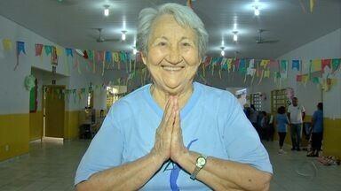 Com 82 anos, Dona Rosinha dá aulas de yoga em centro de convivência - Com 82 anos, Dona Rosinha dá aulas de yoga em centro de convivência.