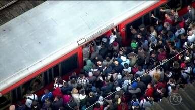 Dia começa com lentidão em dias linhas da Companhia de Trens de SP - Passageiros enfrentaram sufoco, a manhã foi de caos na maior cidade do país.