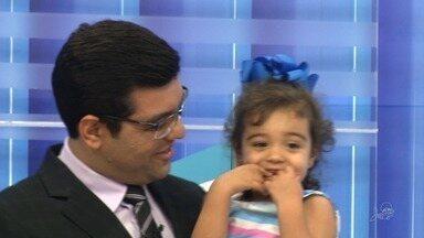 Apresentador Luiz Esteves recebe visita especial na véspera do Dia dos Pais - Filha do jornalista visitou o estúdio do CETV.