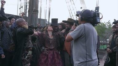 Confira os bastidores do sonho de Elvira Matamouros, em 'Novo Mundo' - A portuguesa têm os piratas aos seus pés
