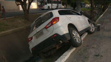 Motorista perde o controle do carro e cai dentro do canal do Ponto Cem Réis em CG - Dentro do carro estava um casal.