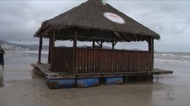 Ressaca arrasta bar flutuante por cinco quilômetros em SC - Ressaca arrasta bar flutuante por cinco quilômetros em SC