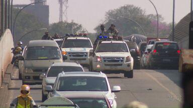 Seis presos suspeitos de participação em assalto milionário no Paraguai são deportados - Trânsito na Ponte da Amizade foi interrompido durante a tarde para que os suspeitos fossem deportados.