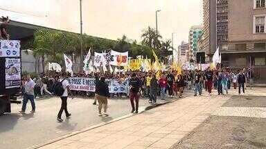 Estudantes protestam contra corte na gratuidade da segunda passagem em Porto Alegre - Trânsito ficou interrompido na Rua Sarmento Leite por pouco mais de 1h30. Brigada Militar interveio e utilizou bombas de gás para dispersar os manifestantes.Protestos seguiram pela manhã.