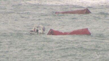 Acidente derruba 45 contêineres no mar e carga é saqueada - Contêineres se romperam no mar e produtos se espalharam.