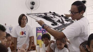 Angélica conhece o Projeto Arrastão - O trabalho comunitário começou com mães ensinando artesanato e se estendeu para crianças de todas as idades. É um Projeto focado em criações artesanais