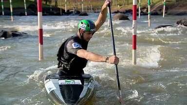 Atleta olímpico de Foz tira férias na fronteira - Mas Felipe Borges não consegue ficar longe da água.