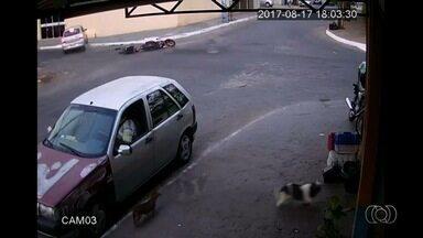 Câmera registra acidente que provocou a morte de piloto de motocross em Goiânia - Imagem mostra que o motorista de um carro não parou no cruzamento e atingiu o motociclista Pablo Sousa, de 18 anos.