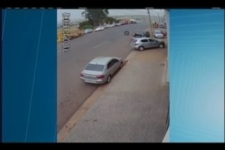 Pneu se solta de veículo e atinge portão de empresa em Uberaba - Caso ocorreu nesta quinta-feira (17). Não houve feridos.