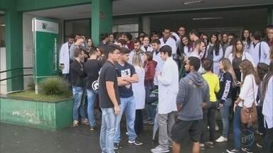 Alunos da Univás fazem paralisação em Pouso Alegre após eleição da Fuvs ser invalidada - Alunos da Univás fazem paralisação em Pouso Alegre após eleição da Fuvs ser invalidada