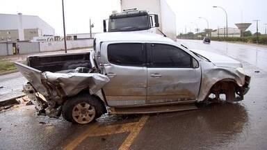 Caminhonete fica destruída após aquaplanar em pista e bater entre duas carretas em MS - De acordo com o Corpo de Bombeiros, ninguém ficou ferido, mas a pista ficou interditada até a retirada dos veículos.