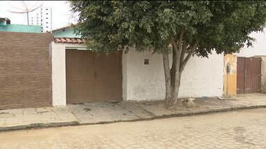 Adolescente é apreendido após assaltar casa em Campina Grande - Na hora de fugir, a moto deu problema. Os moradores apreenderam o adolescente e chamaram a polícia.