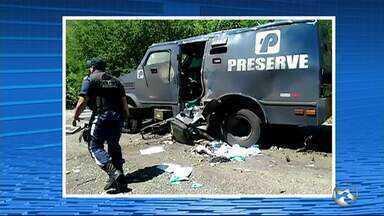 Criminosos trocam tiros com a PM e explodem carro-forte na PE-365 - Mais de dez homens em duas caminhonetes participaram da ação entre Serra Talhada e Santa Cruz da Baixa Verde, no Sertão. Um dos suspeitos foi baleado e morreu.