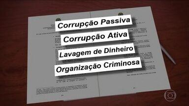 Dois ex-governadores do DF são indicados pela polícia - José Roberto Arruda e Agnelo Queiroz foram indiciados pela Polícia Federal por superfaturamento nas obras do Estádio Mané Garrincha, em Brasília.