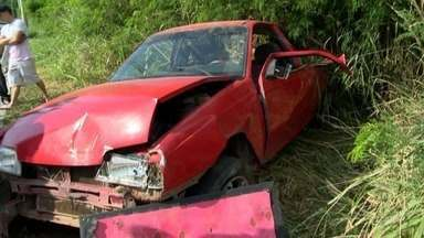 Motorista fica ferido em acidente na rodovia Norte Sul, na Serra - Segundo testemunha, carro atingiu poste e capotou, na manhã deste sábado (19). Amigos disseram que o jovem estava em uma festa, mas não bebeu porque era o 'motorista da rodada'.