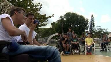 Projeto simula prática de esportes paralímpicos com pessoas sem limitações físicas no ES - Experiência possibilita que eles se coloquem no lugar do outro.