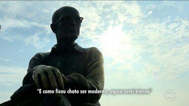 Uma roda de poesia, em Copacabana, homenageou Carlos Drummond de Andrade - Quem passou pela estátua de Drummond, na praia de Copacabana, hoje de manhã, pode participar da leitura de poemas. O evento lembrou os trinta anos da morte do poeta.
