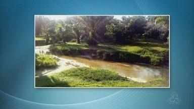 Com escassez de chuva, companhia faz racionamento de água em cidade no AM - Igarapé secou dificultando bombeamento da água até o reservatório.