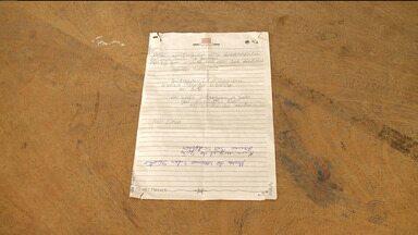 Bandidos assaltam caminhoneiro e deixam bilhete - Assaltantes pediram para populares devolverem documentos da vítima