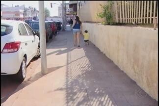 Moradores questionam instalação de postes de sinalização em locais inadequados em Araguari - Postes são para o funcionamento do estacionamento rotativo Zona Azul que vai começar a funcionar na cidade. Empresa fez mudanças e garantiu sinalização adequada.