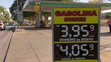 Motoristas protestam contra o preço da gasolina no DF - Manifestações aconteceram no Paranoá e no Itapoã. Motoristas abasteceram com valores mais baixos e exigiram notas fiscais. Litro da gasolina passou dos R$ 4 no DF.