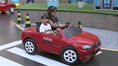Projeto educa crianças para o trânsito no Guará - As crianças aprendem brincando em um shopping no Guará. Aulas são gratuitas.