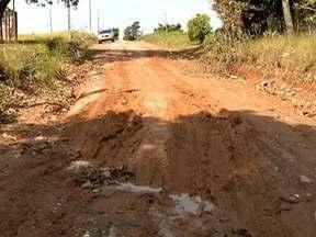 Moradores sofrem com ruas danificadas pela chuva - Quem mora no Bairro Chácara Azaleia, em Prudente, pede asfalto no local.