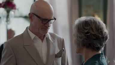 Pedrinho tenta se aproximar de Sabine na cerimônia de casamento - Ela conta a Pedrinho que terminou seu namoro