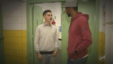 Goleiro Aranha visita internos da Fundação Casa, em Campinas - Atleta contou sobre experiências e levou mensagem de apoio aos adolescentes.
