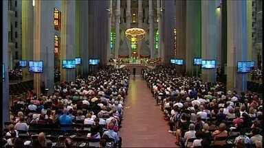 Cerimônia na Igreja da Sagrada Família relembra vítimas de atentados em Barcelona - Rei da Espanha e primeiro-ministro espanhol participaram da homenagem. Cardeal de Barcelona leu mensagens enviadas pelo Papa Francisco.