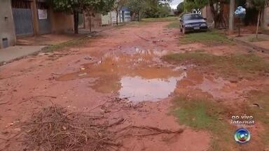 Moradores reclamam de falta de asfalto em bairro de Araçatuba - Em Araçatuba (SP), a semana está começando mais difícil para quem mora no bairro Vista Verde. Tem ruas sem asfalto por lá, e com a chuva deste domingo (20), a situação piorou.