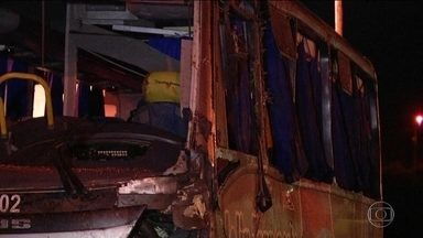 Ônibus tomba na Via Dutra e 4 pessoas da mesma família morrem - O acidente, ocorrido em Barra Mansa, no sul do estado do Rio, também deixou 26 feridos.