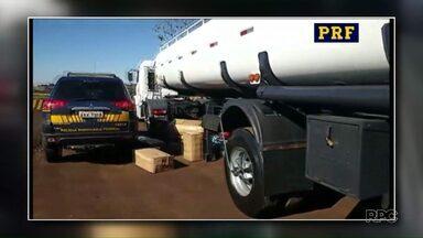 PRF apreende mercadoria contrabandeada em caminhão tanque, em Santa Terezinha de Itaipu - As caixas com os produtos estavam em um fundo falso do veículo. A apreensão foi feita depois que os policiais abordaram o caminhão e suspeitaram da aparência dele.