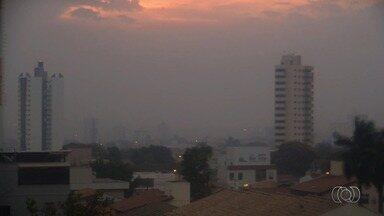 Sem chuva, névoa seca toma conta do céu de Goiânia - Explicação é que houve um choque entre uma massa de ar quente que estava na capital com uma massa de ar frio.