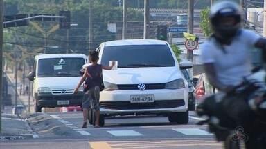 Projeto tenta retirar crianças das ruas de Manaus - É comum ver crianças em sinais.
