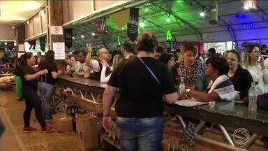 Festival Cachaça, Cultura e Sabores reuniu turistas de todo país em Paraty, RJ - Calendário de eventos da cidade faz o comércio ficar aquecido o ano inteiro.