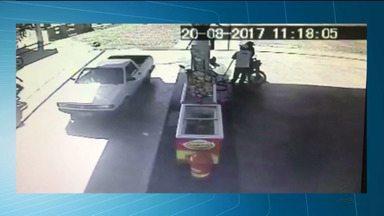 Tentativa de assalto termina com bandido baleado na cidade de Sousa, PB - As imagens das câmeras de segurança de um posto de combustíveis mostram o momento em que um policial reage ao assalto e atinge um dos bandidos.