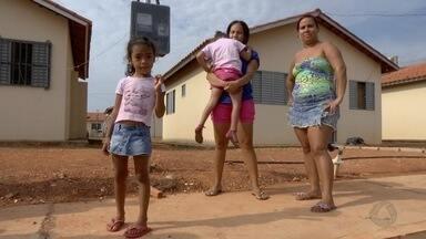 Famílias que se mudaram para residencial em Várzea Grande não conseguem vagas em escolas - Famílias que se mudaram para residencial em Várzea Grande não conseguem vagas em escolas.