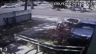 Câmeras de segurança flagram assalto a família na Zona Norte do Recife - Assalto aconteceu no bairro do Parnamirim. Bandidos armados levaram o carro de um empresário.