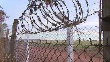 Ladrões levam 40 metros de alambrado do Aeroporto Leite Lopes, em Ribeirão Preto - Cerca tinha sido colocada para reforçar segurança do terminal.