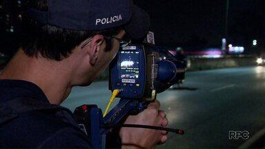 PRF multa 175 mil motoristas por excesso de velocidade nos seis primeiros meses do ano - Deste total 126 mil multas foram feitas graças ao uso dos radares portáteis nas rodovias do Paraná.