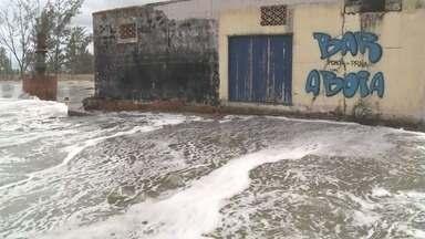 Ressaca atinge praias de Ilha Comprida - Fenômeno foi provocado por chegada de frente fria.